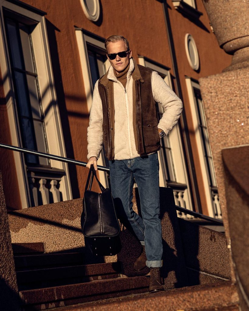 Casual outfit with jeans, fleece, suede boots and vest